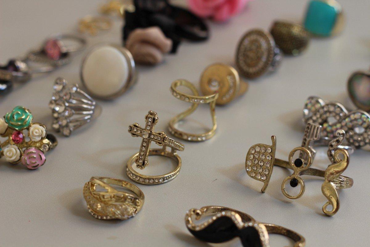 Accessoires pour femme : les incontournables à avoir dans sa boîte à bijoux